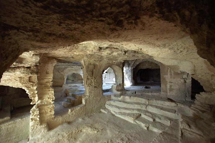 +977 chapelle de l'abbaye troglodyte de Saint-Roman, non loin du Rhône, dans le Gard.jpg