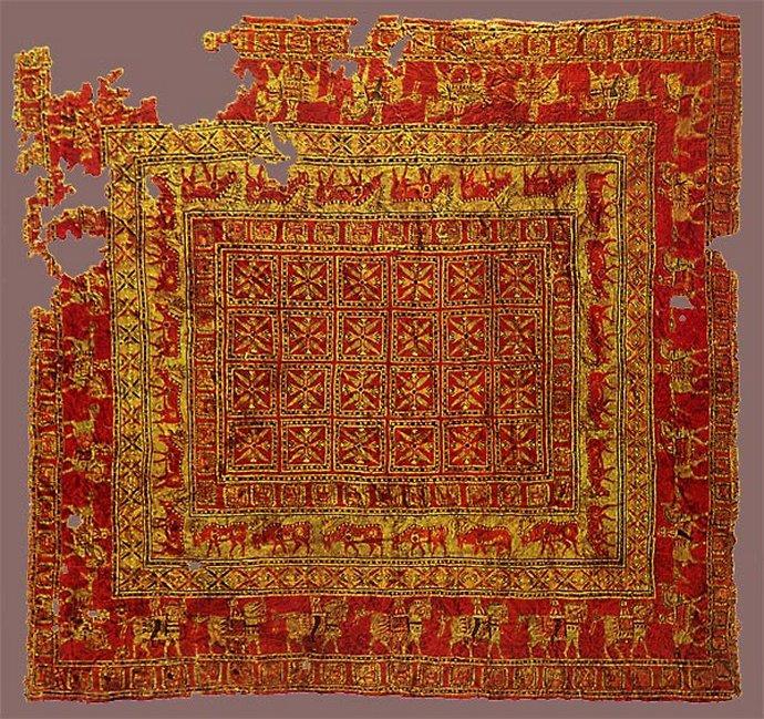 911 culture Pazyryk plus vieux tapis du monde 5e siècle av. J.-C.. tombe scythe plateau de l'Oukok, Altaï Sibérie.jpg
