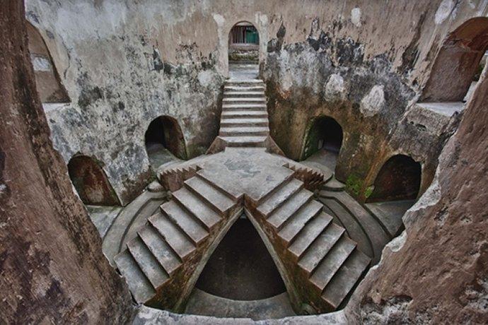 494b Mosque souterraine du Taman Sari (jardin des fleurs) Yogyakarta  Indonésie milieu du XIIIè s..jpg