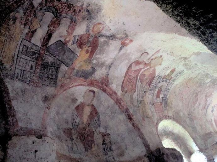 978 Site des grottes troglodytique de Jonas en Auvergne (France), peintures sur les murs de la chapelle XII è s..jpg