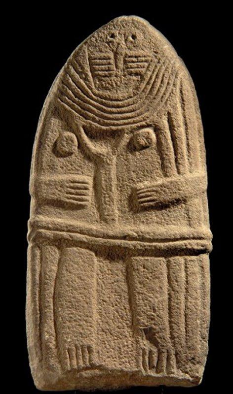 699b Statue-menhir dite la Dame de Saint-Sernin provenant de Saint-Sernin-Sur Rance, Aveyron grès, IIIe millénaire avant notre ère.jpg