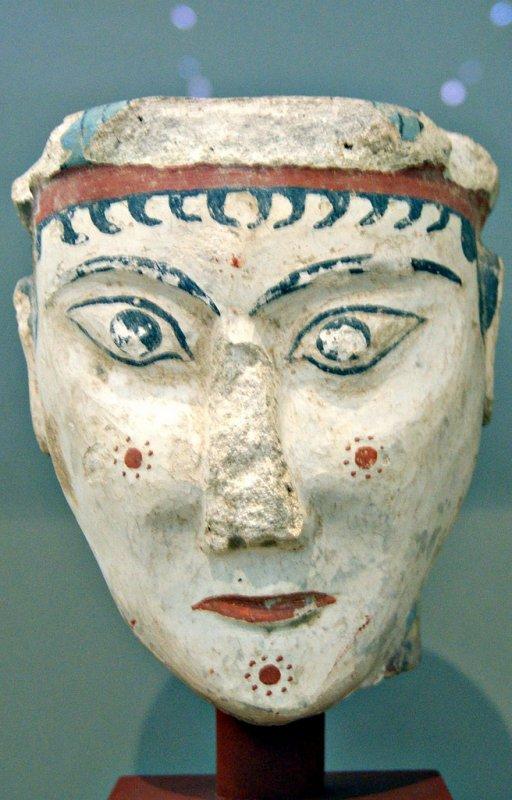 +680 Tête de sphinx ou de déesse colorée XIIIe siècle av. J-C., Calcaire, Provenance  Acropole de Mycènes.jpg
