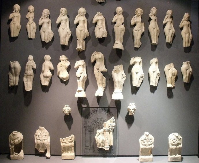 ++668 Michaël Martin Statuettes votives de type Aphrodite se lissant les cheveux  Jublain 2010 PHOTO.jpg