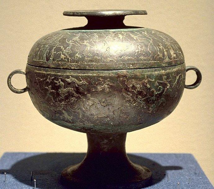 673 Vase rituel dou en bronze incrusté de cuivre représentant des scènes liées à la vie aristocratique, première moitié du Ve siècle av. J.-C..jpg