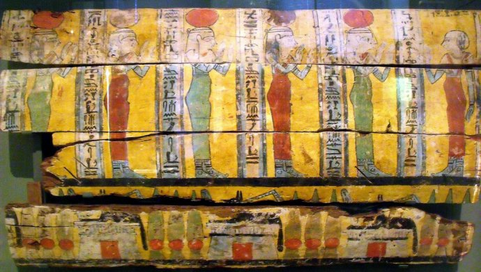 ++665 Partie d'un morceau de sarcophage Troisième période intermédiaire, XXVe-XXVIe dynastie,.jpg