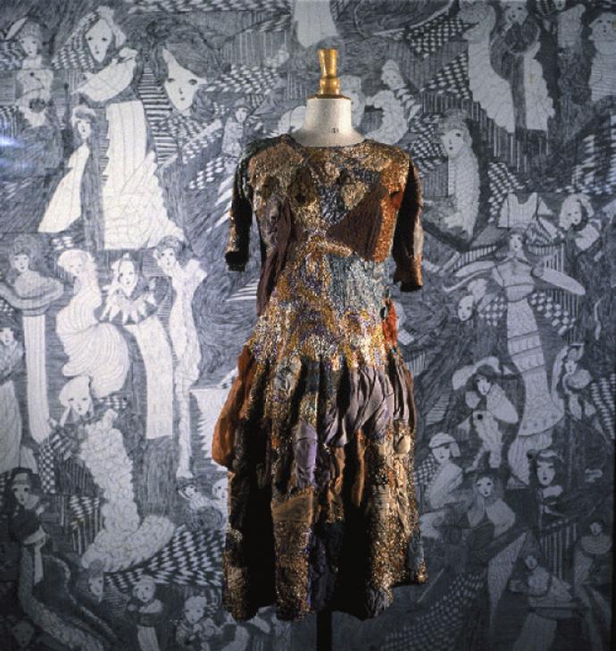 +745b Magde Gill  sans titre, sans date robe brodée de fils de coton mercerisé et de laine enrichie de voiles de coton  entre 1920 et 1960.png