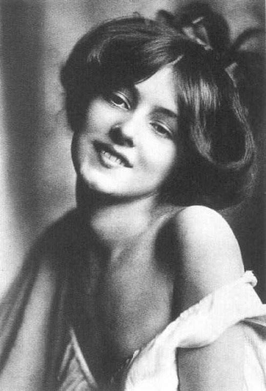 +2653 1b Rudolf Eickemeyer  Evelyn Nesbit  first sex symbol 1901 (2).jpg