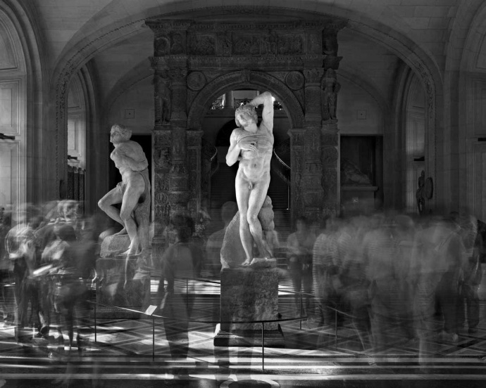 +2355 Matthew Pillsbury - Museum Hours, 2004-2010   les esclaves de Michel Ange  musée du Louvres  2010.jpg