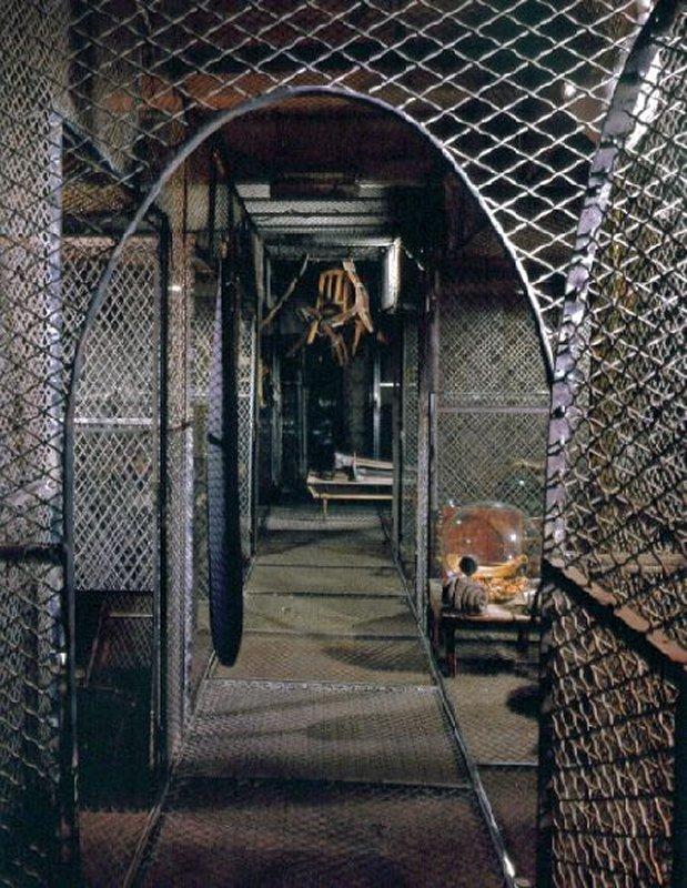 494 Louise Bourgeois Passage dangereux (1997).jpg