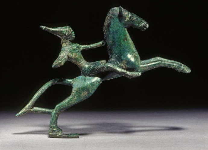 +890 art étrusco campanien Bronze Statuette of a mounted Amazon firing a bow510-490 BC.jpg