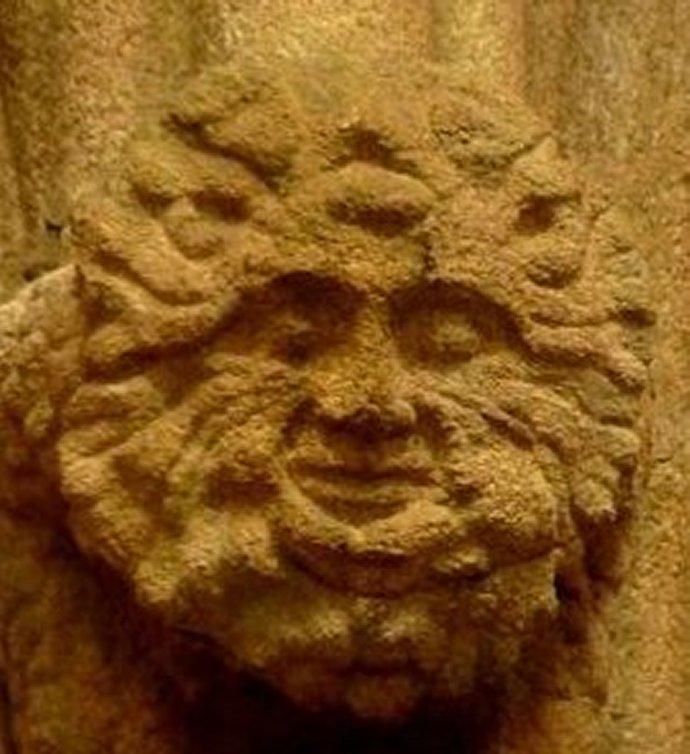 +681 cracheur de feuille  cathédrale de Tréguier c.1350 2.jpg