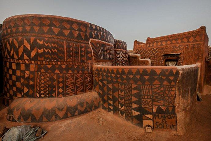 554 art gurunsi maison du peuple Kassena (ethnie Gurunsi ) à Tiébélé Burkina Faso.jpg