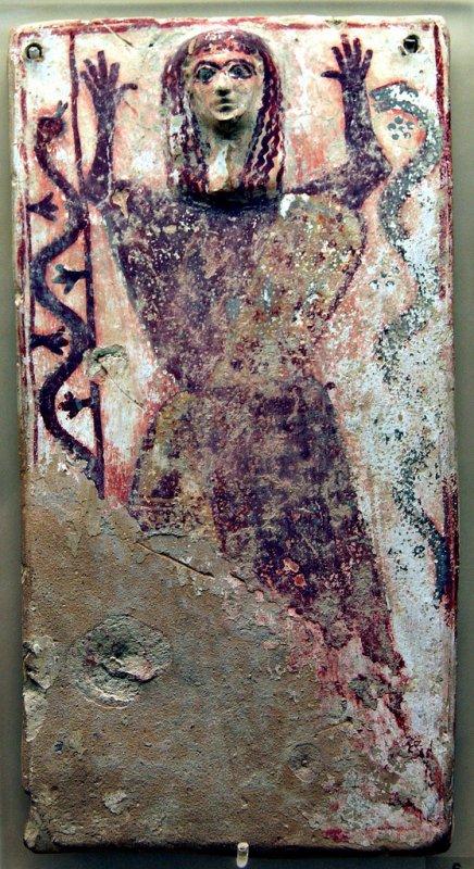 687 art grec Plaque votive représentant une femme entourée de serpents VIIe siècle av. notre ère ,.jpg