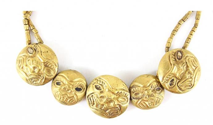 +8Collier cupisnique fait de perles figurant des têtes félines, en or et coquillages de Strombus © Musée Larco, Lima.jpg