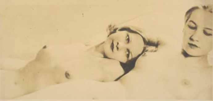 +2743 Laure Albin-Guillot. Couple de femmes allongées 1930-1940.jpg