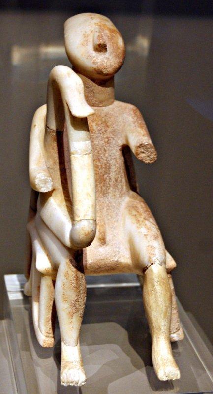 726a Le joueur de harpe  2800-2300 av. J-C., Protocycladique II, Peovenance  Kéros,.jpg